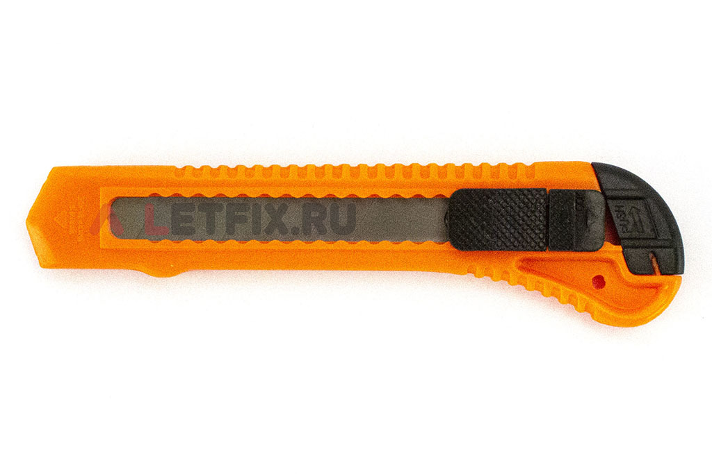Нож с заменямыми лезвиями 18 мм